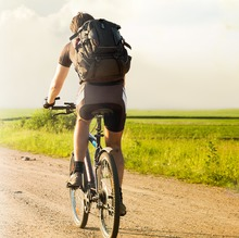 Hombre montando bicicleta