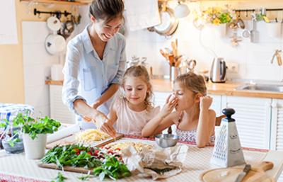 Pinitos Coomeva: Preparación choripán y hamburguesas para niños